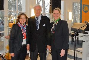 Der Timmendorfer Hotelier Rohlf von Oven wurde von Bürgermeisterin Hatice Kara (li) und Bürgervorsteherin Anja Evers (re) für sein politisches Engagement geehrt