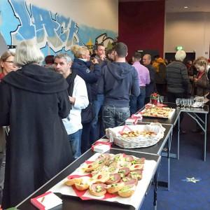 Zufriedenes Publikum, köstliche Snacks bei der Veranstaltung zugunsten herzkranker Kinder Foto: Mario Raabe