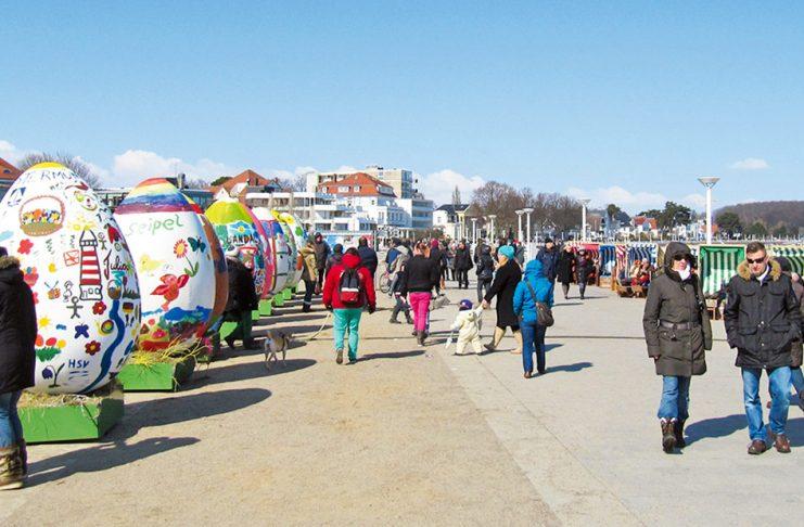 Traditionell bunt und schön: Travemündes Rieseneier werden von den Geschäftsleuten mit Unterstützung vieler Freunde und Nachbarn bemalt