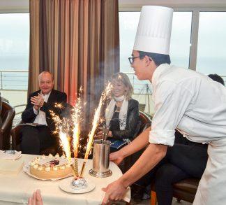 Geburtstagstorte und Tischfeuerwerk zum 60. Geburtstag; Nils Landgren im Maritim Seehotel
