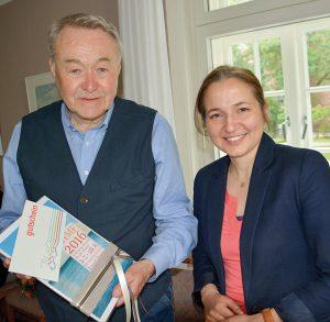 Dr. Heiner Herde erhielt von Timmendorfs Bürgermeisterin Hatice Kara ein Präsent als Anerkennung für seine jahrelange Unterstützung beim Aufbau des Gemeindearchivs. Foto: Brigitte Arms