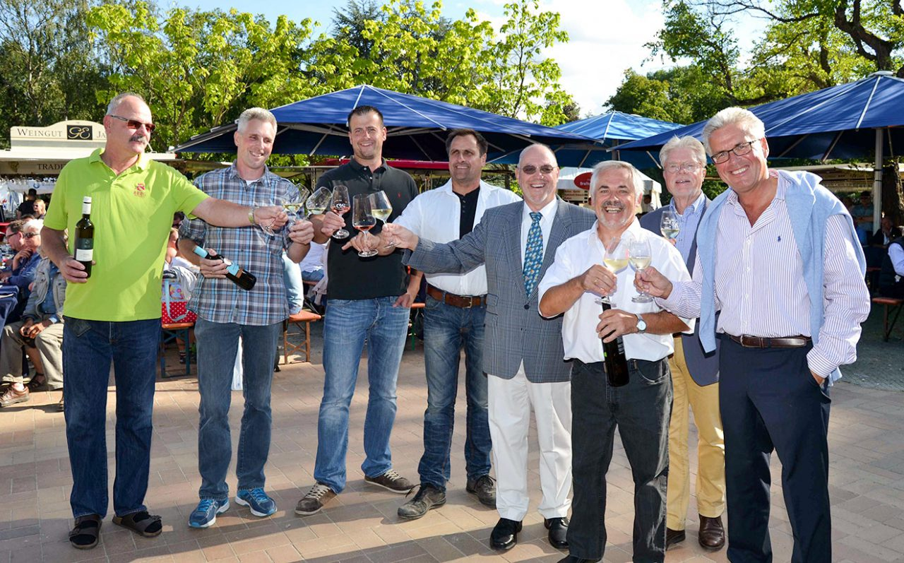Gemeinsam eröffneten sie das Weinfest: Dorfvorstand Fred-Michael Pätau und Peter Nelle, Bürgermeister Voker Owerien und die fünf Weinbauern Udo Ernst Berg, Klaus Schäfer, Andreas Winkler, Gerald Egelhoff und Günter Waller