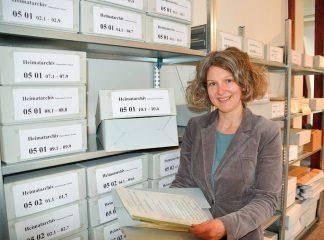 Melanie Zühlke betreut das Timmendorfer Gemeindearchiv und würde sich über interessierte Besucher ebenso wie über weiteres Material und Anregungen freuen. (Foto: Brigitte Arms)