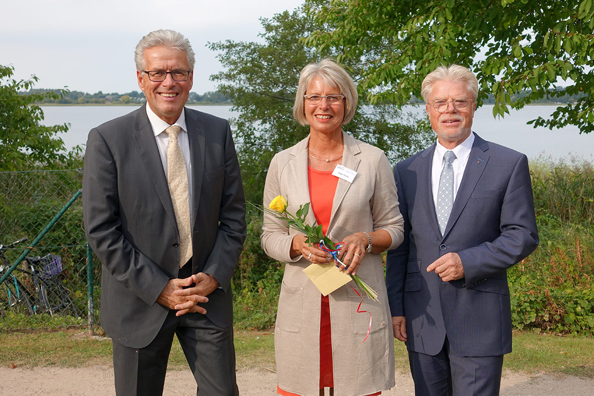 """Eine """"Finanzspritze"""" im Umschlag erhielt VHS-Vorsitzende Helga Vocke von Bürgermeister Volker Owerien (links) und Bürgervorsteher Peter Nelle"""