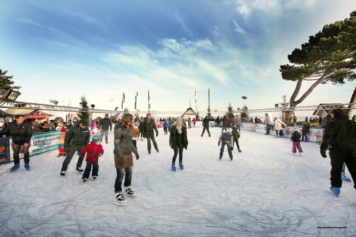 Winterliche Attraktion auf der Scharbeutzer Dünenmeile: Die Eisbahn vor der Seebrücke hat bis zum 15. Januar täglich geöffnet (Foto: MonikaHoltzFotografie)