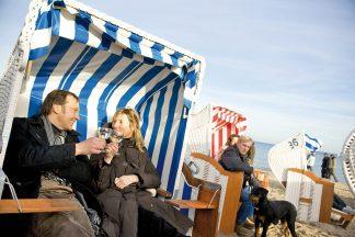 Warm eingepackt im Strandkorb genießen die Gäste beim Beach Dining Spezialitäten der örtlichen Gastronomie bei frischer Seebrise