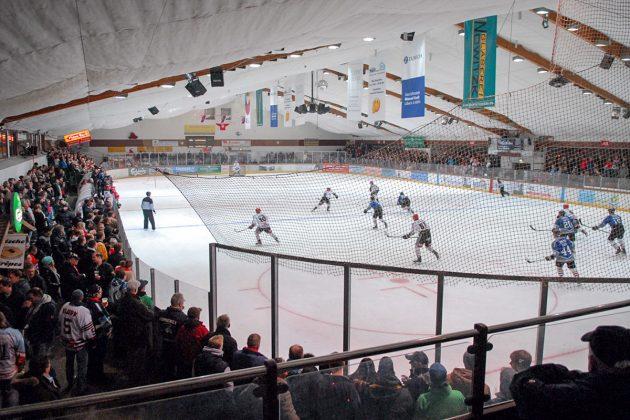 Spannung in der Halle: beim Eishockeyspiel treffen sich sportbegeisterte Timmendorfer und viel Gäste