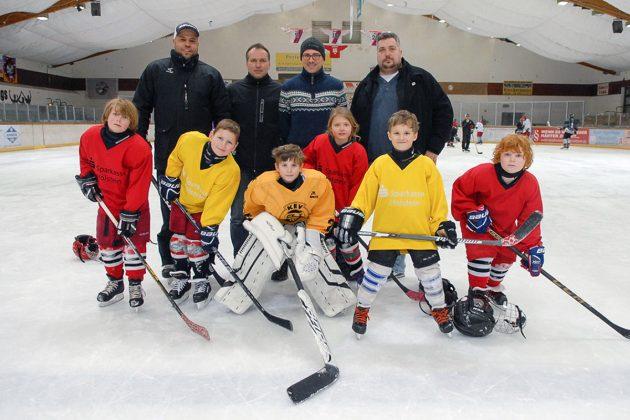 Timmendorfer Eishockey-Kids und ihre Trainer hoffen auf ein Ergebnis, das die Zukunft der beliebten Eishalle sichert. (Foto: Susanne Dittmann)
