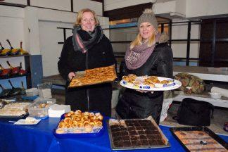 Köstlich und selbst gebacken: Kuchenbuffet von den Spieler-Müttern für die Gäste präsentieren hier Diana Ahrens und Sandra Rogatty (Foto: S. Dittmann)