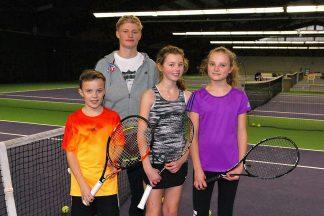 """""""Die Halle muss bleiben"""": Tennis-Talent Anton Sommerwerk (hinten) mit Jonas, Greta und Mira (v.l.) (Foto: S. Dittmann)"""