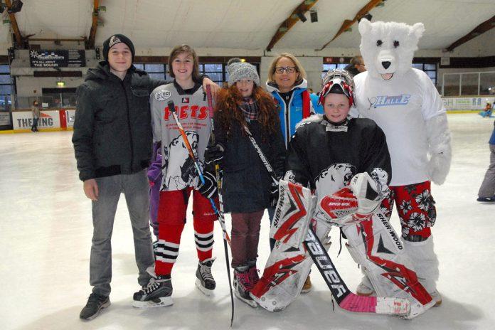 Gruppenbild mit Eisbär Timmy: Sabine Jensen (l. neben Timmy) und Torwart-Tochter Liv mit dem engagierten Eishockey-Nachwuchs (Foto: S. Dittmann)