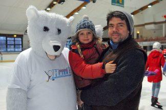 Trio on Ice: Eisbär Timmy mit Harm Kurse vom Gemeindejugendring und Tochter Levke (Foto: S. Dittmann)
