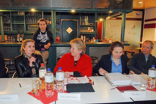 Bürgermeisterin Hatice Kara (2.v.re) und Bürgervorsteherin Anja Evers (links) hatten zur Info-Veranstaltung eingeladen (Foto: Susanne Dittmann)