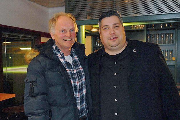 Dietmar Baumschäfer vom NTSV (links) und Dennis Sauerbrei vom Eishockeyclub betonten die besondere Bedeutung der Eishalle für die Timmendorfer Jugend (Foto: Susanne Dittmann)