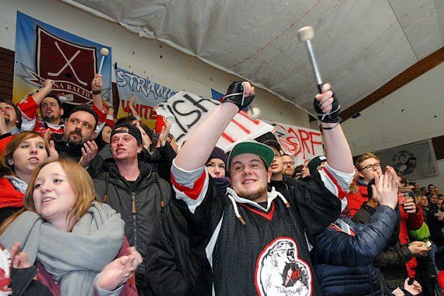 """""""Danke, Timmendorf"""", jubelten die Fans nach dem Bürgerentscheid in der prall gefüllten Eishalle (Foto: S. Dittmann)"""