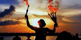 Flackernde Fackeln, magisches Licht: Beim Fackelfest am Niendorfer Strand leuchten bis zu acht Meter hohe Fichtenstämme