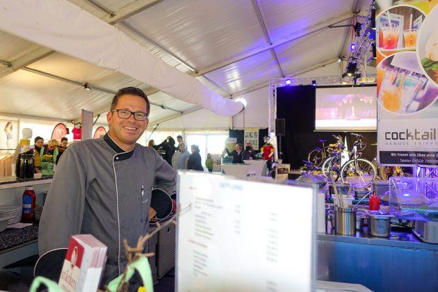 Chefkoch Arne Stäcker verwöhnt die Gäste mit köstlichen Snacks