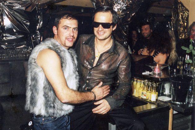 """Manager Virgil (re) und ein """"bäriger"""" Besucher bei der Party"""
