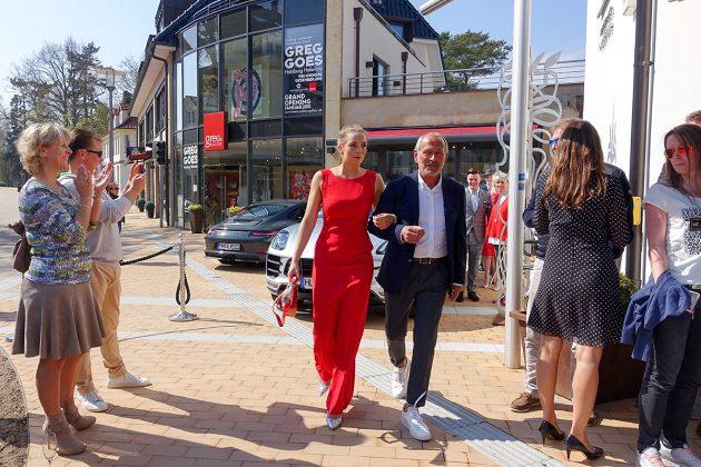 Krönender Abschluss: Volker Liebrecht mit Model auf dem Catwalk