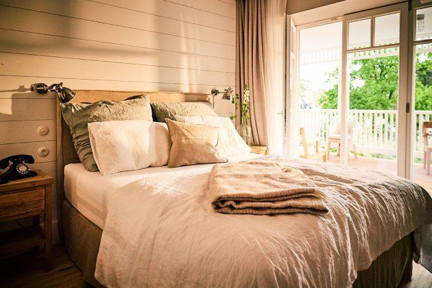 Hotelzimmer mit Coco-Mat-Bett aus Frankreich © barefoot Hotel Nikolaj Georgiew