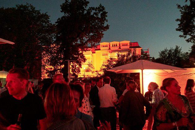 Partystimmung bei der Eröffnung © barefoot Hotel Bob Leinders