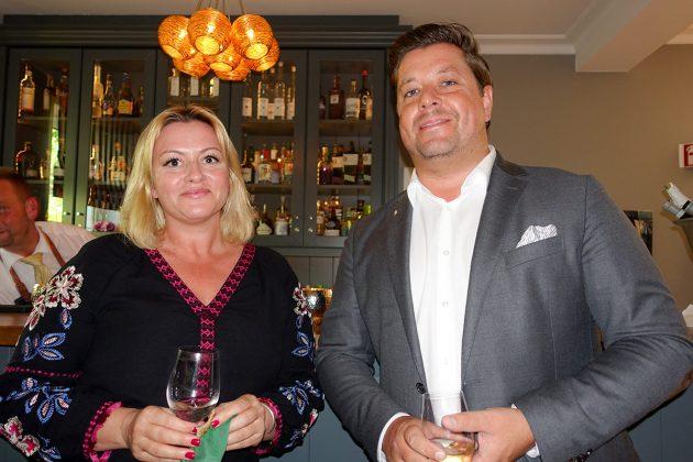 Fuchsbau-Manager Hauke Fuhrmann und Susanne Techt vor einem der neuen Likörschränke