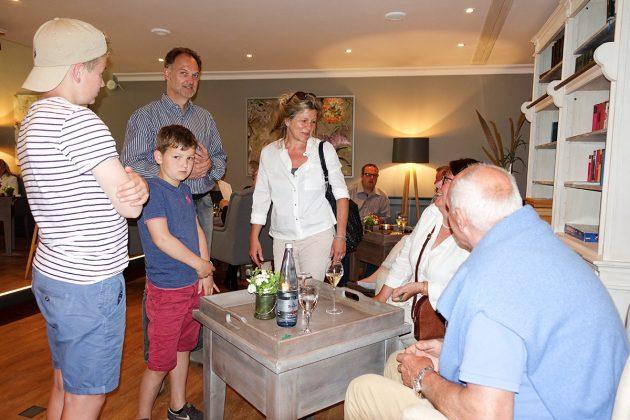 Die ganze Familie beglückwünscht Inhaberin Helga Fuhrmann