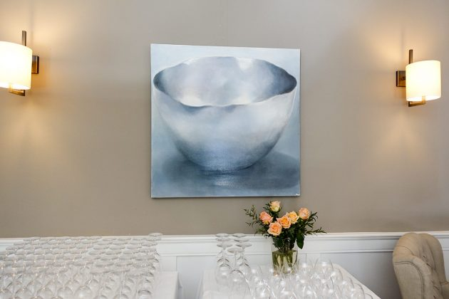 Die Kunstwerke von Helga Klemt unterstreichen das besondere Ambiente