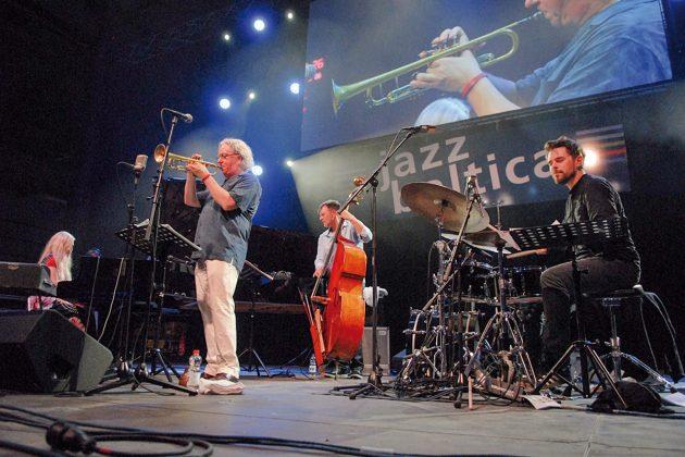 Nils Landgren gelingt es jedes Jahr aufs Neue, hervorragende Musiker auf die BuÌhne in Niendorf zu bringen; hier beim der JazzBaltica 2016