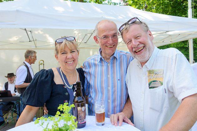 Peter Kappel, Vorsitzender des Kulturvereins Kleine Waldschänke (re), begrüÃte zahlreiche Gäste