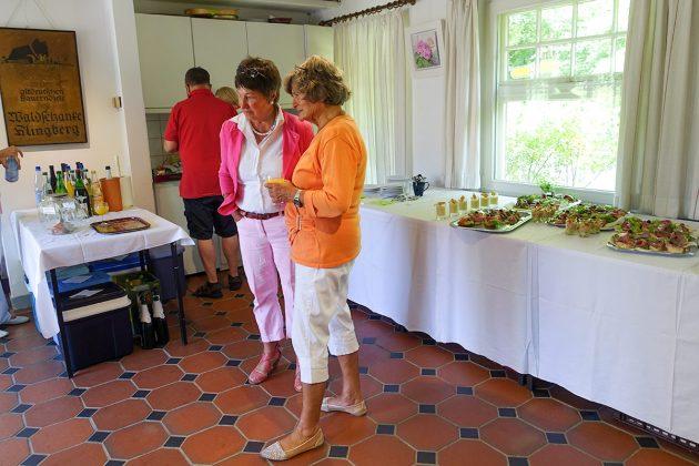 Legendärer Genuss: Kaltes Buffet zum Fest, zum Teil mit Köstlichem aus der Hausmannsküche
