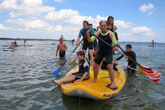 Hier ist die ganze Familie dabei: Stand Up Paddeln in der Ostsee (© Hoch Zwei)