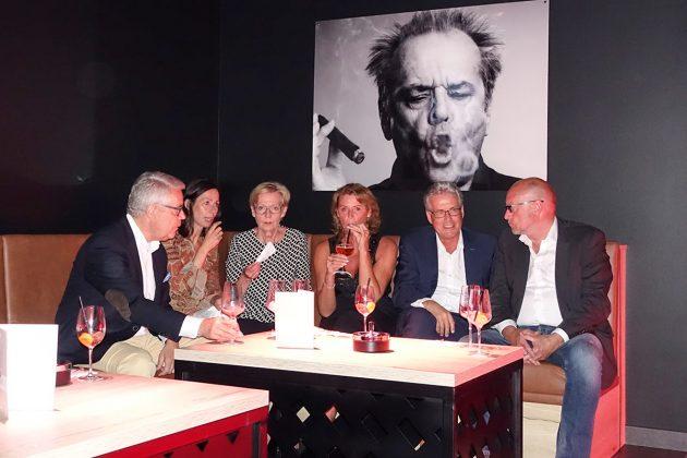 Prominenz bei Jack Nicholson: Kreispräsident Ulrich Rüder (links) und Bürgermeister Volker Owerien (2. v.re) zählten zu den Eröffnungsgästen im Bay's