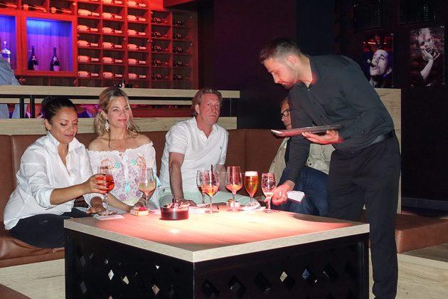 Stilvolle Einrichtung und coole Drinks: Partygäste beim Grand Opening