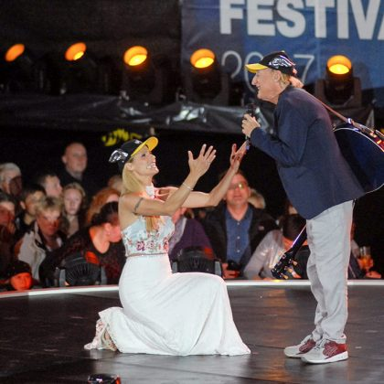 Kniefall vor Otto Waalkes: Michelle Hunziker ist sein gröÃter Fan © Susanne Dittmann