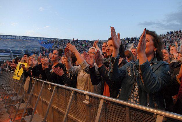 Ein Hoch auf uns: Beste Stimmung beim Bourani-Konzert am Timmendorfer Strand © Susanne Dittmann