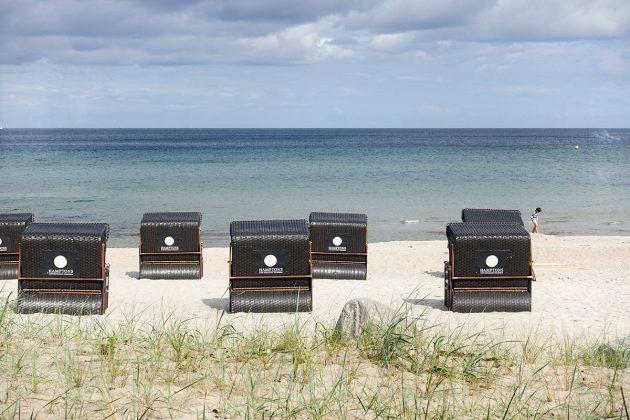 Edle Strandkörbe gehören zur perfekten Aus-stattung des Hauses: Sitzkomfort mit Stil und dem HAMPTONS-Logo am Scharbeutzer Strand