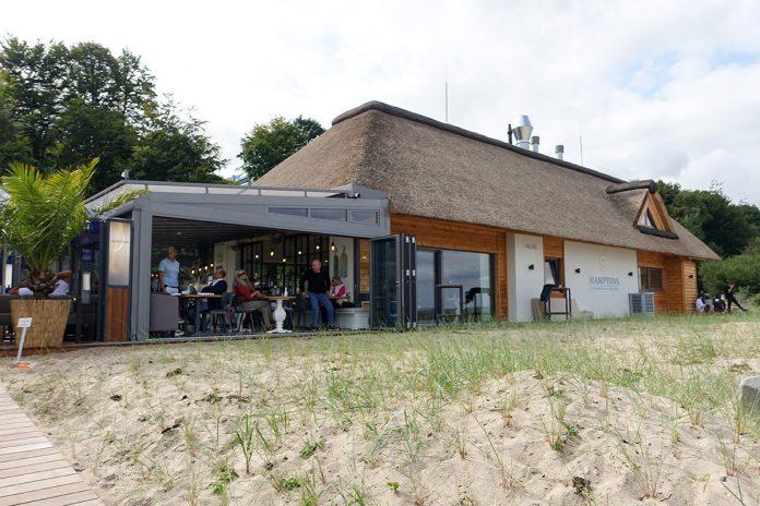 Das reetgedeckte Haus direkt an der Stranddüne wurde nach einjähriger Bauzeit eindrucksvoll gestaltet und lädt zum entspannten Klönen ein