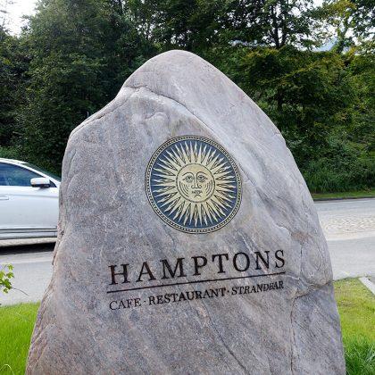 """Stilvoller Empfang: HAMPTONS-Gäste erinnern sich immer an den beschrifteten """"Felsen"""" an der Strandallee"""