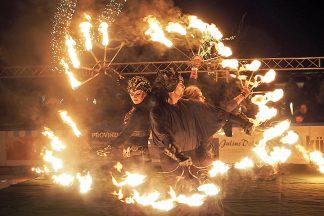 """""""Fire on Ice"""": Jeden Sonnabend können Sie die Feuerkünste auf der Eisbahn erleben © Birte Friedländer"""