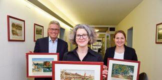 Mit Bildern aus vergangener Zeit: Bürgermeister Volker Owerien (li), Bürgermeisterin Hatice Kara und Archivleiterin Melanie Zühlke (vorn)