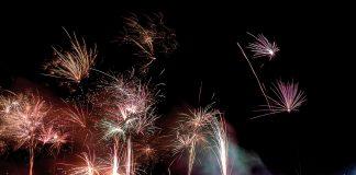 Ein grandioses Feuerwerk erhellt den Nachthimmel und sorgt für die richtige Stimmung zum Jahreswechsel bei Silvester on the Beach © TSNT / Torsten Vollbrecht