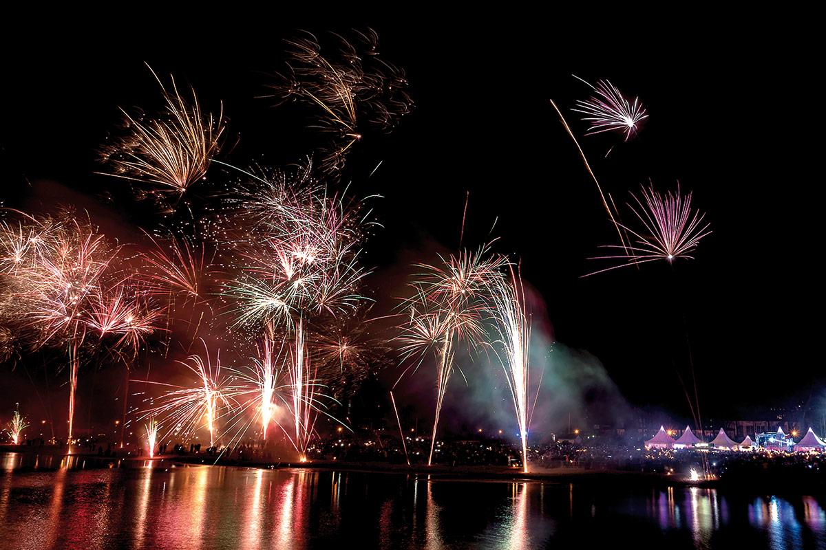 Ein grandioses Feuerwerk erhellt den Nachthimmel und sorgt für die ...