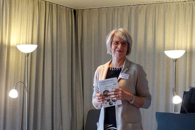 VHS-Vorsitzende Helga Vocke stellte beim Neujahrsbrunch das neue Programm vor.