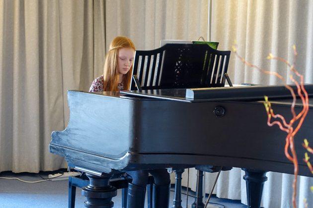 Klavierschülerin Liana unterhielt das Publikum mit sanften Etuden.