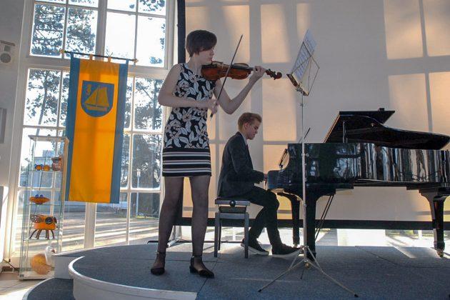 Klassik in der Trinkkurhalle: Felicitas Dwars (Geige) und Leonard Schwerdtfeger (Klavier) sorgten für die musikalische Einstimmung in der Trinkkurhalle © Susanne Dittmann