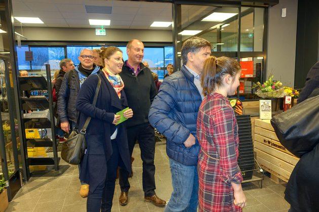 Begeisterung bei den Niendorfern: in Scharen strömten sie herein, um die standhaften Inhaber ihres neuen Einkaufsmarktes zu beglückwünschen