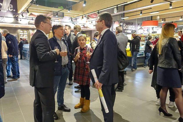 Klönschnack mit Sekt: Bei der Premiere trafen sich Niendorfer Nachbarn, Geschäftsleute, Politiker in freundlichem Ambiente