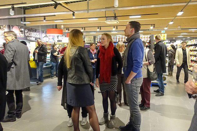 Treffpunkte kleiner Gruppen gab es viele bei der Premiere im EDEKA-Markt - und es gab ja auch ein ganz aktuelles Gesprächsthema