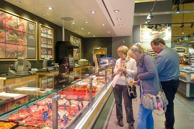 """""""Das ist gute Qualität"""",schwärmen die Hobbyköchinnen und -köche: Die groÃe Fleischauswahl gehört zum Frische-Angebot"""